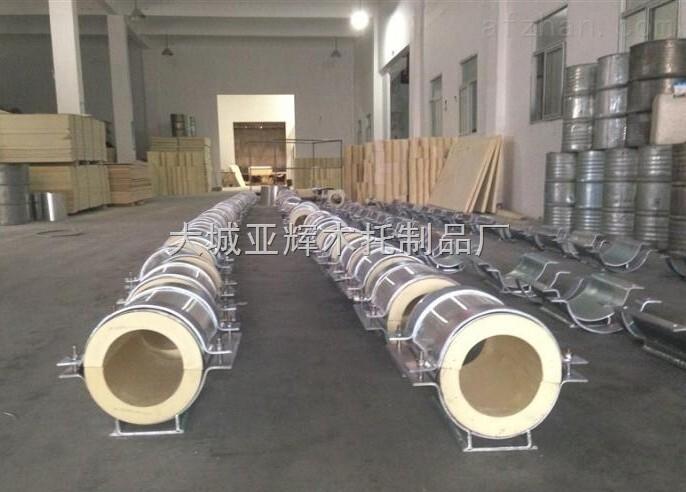系列产品的详细介绍: 1.空调管道木托系列产品的原料:主要是以红松木、杨木、柳木、橡塑板为原料。产品表面做了防腐沥青柒侵泡和防水处理。具有防虫蛀、不吸水、防震、隔热、保温等特点。配上经防锈处理的镀锌卡环,施工方便,经济美观。 2.空调管道木托系列产品的用途:专门装在保温或者保冷管架下面,起到保温或者保冷的作用。保温或者保冷管道的热量/冷量会通过支撑座传到结构梁上,让热量/冷量流失。保温木托的安装,起到了隔离管道与结构梁,防止热量、冷量的流失,同时起到减振、缓冲热膨胀的作用。 3.