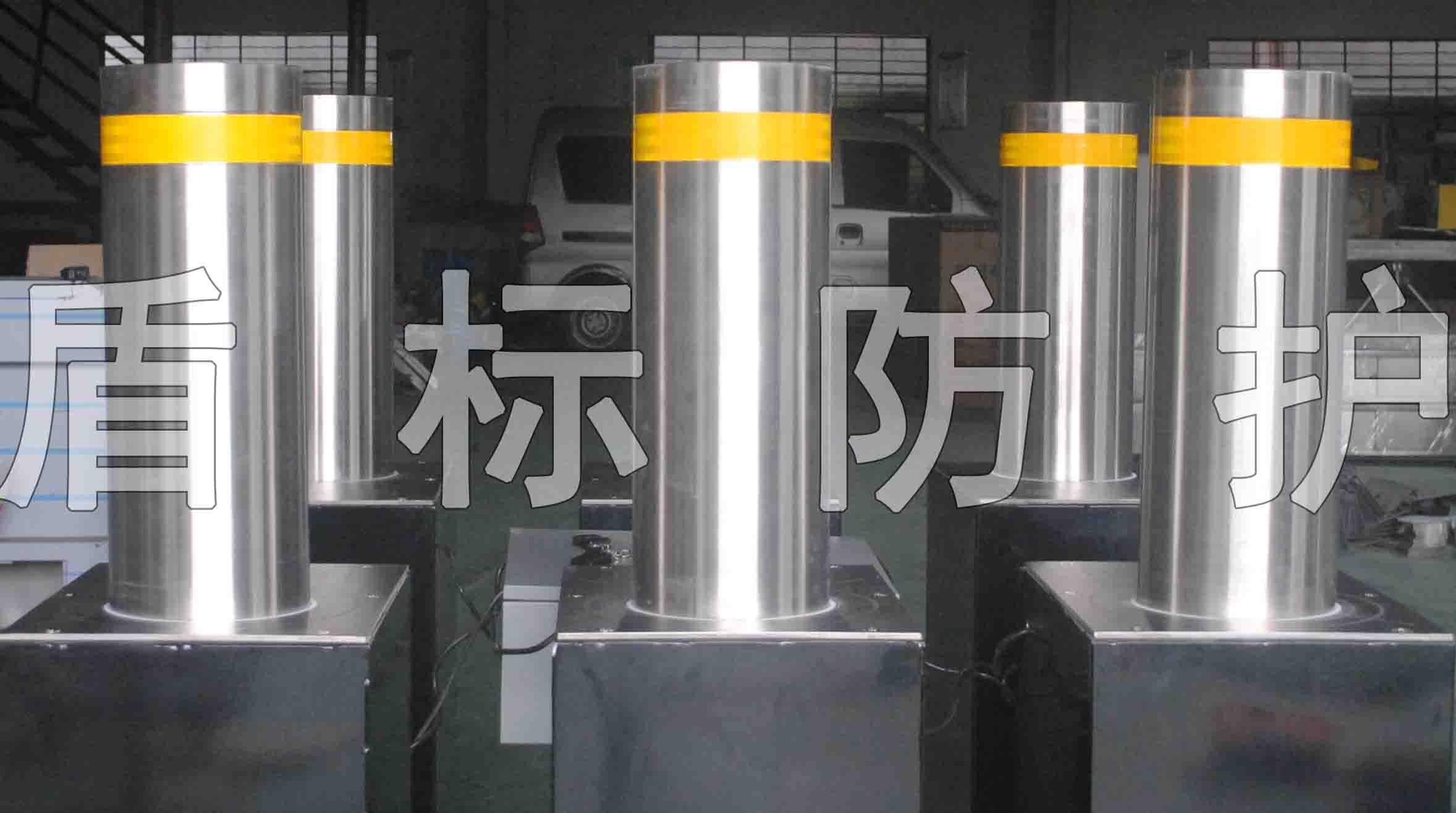全自动升降防护路桩 液压自动升降不锈钢拦车柱 采用不锈钢304制作防撞柱体,液压电机驱动升降,有快速升降,防撞拦车的功能。远程遥控,方便使用。 产品性能: 1、结构坚固耐用,承载负荷大,动作平稳,噪声低。 2、采取PLC控制,系统运行性能稳定可靠,便于集成。 3、升降柱与道闸等其它设备进行联动控制,也可以与其他控制设备组合,实现自动控制。 4、在停电的情况下或出现故障时,如升降柱处于升起状态需要下降时,可以通过手动操作将升起的柱子回落到与地水平位置,以让车辆通行。 5、采用国际ling先的低压液压驱动技